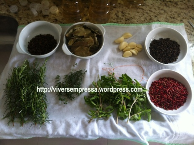 Agora é o momento de colocar os temperos e as especiarias. Lave os seguintes temperos: tomilho, manjericão e alecrim (eu usei o da minha horta). Descasque os alhos. Prepare a pimenta rosa, pimenta-do-reino, cravo e folhas de louro.