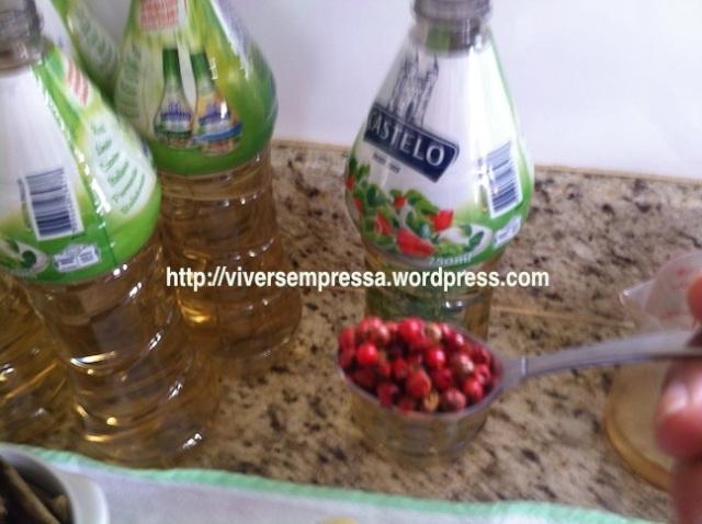 ... uma colher de café de pimenta rosa em grãos...