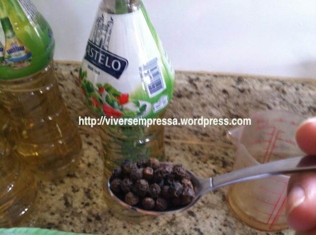 ... uma colher de café de pimenta-do-reino em grãos...