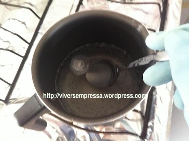 Para recolocar a tampa, o processo é o mesmo. Ferva a água e jogue a tampa por 10 segundos. Retire com a ajuda de uma colher.