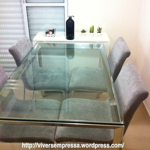 Aqui está a mesa de vidro sem a toalha.