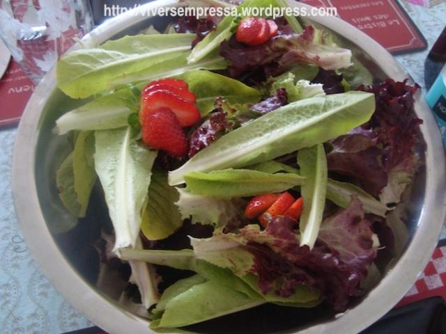 E fiz uma salada colorida. Os morangos eu colhi da minha hortinha também.