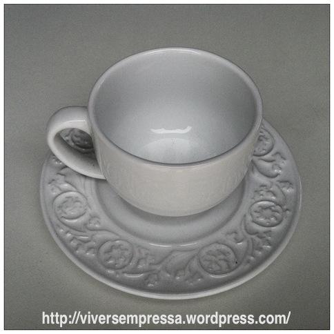 Compre xícaras de seu agrado. Eu acho mais bonito quando tem algum detalhe rendado no prato ou até mesmo xícaras com estilo vintage.