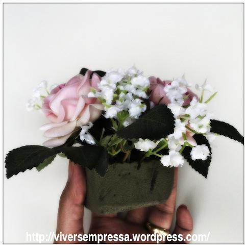 Depois que cortar a esponja verde no tamanho da xícara, vá espetando as flores. No caso, eu usei artificiais. Se for flor natural, não esquecer de deixar a esponja úmida para que as flores não murchem.