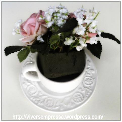 Agora e só encaixar o arranjo que você fez na xícara. Se achar que a esponja está menor do que a xícara, é só colocar mais esponjas no espaço que sobrou para que o arranjo fique bem firme na xícara.