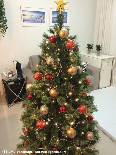 Com as bolas douradas lisas e decoradas, mais a estrela (topo), mas achei que ficou feia, por isso tirei