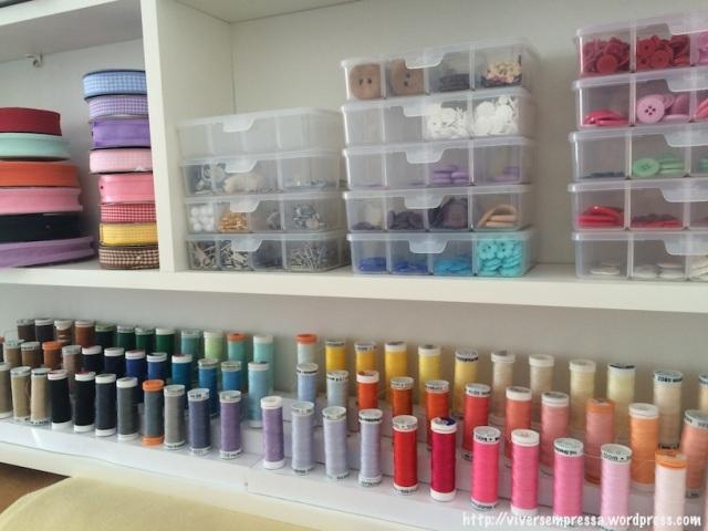 Linhas de costura organizadas em degradê de cores.