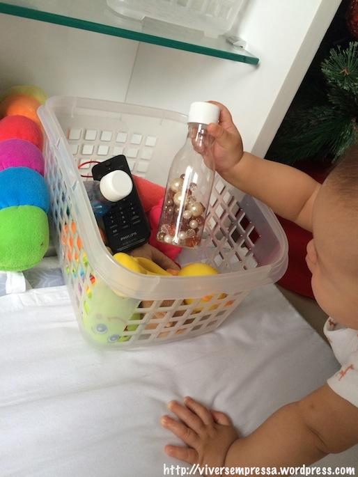 Ela escolhendo qual brinquedo pegar.