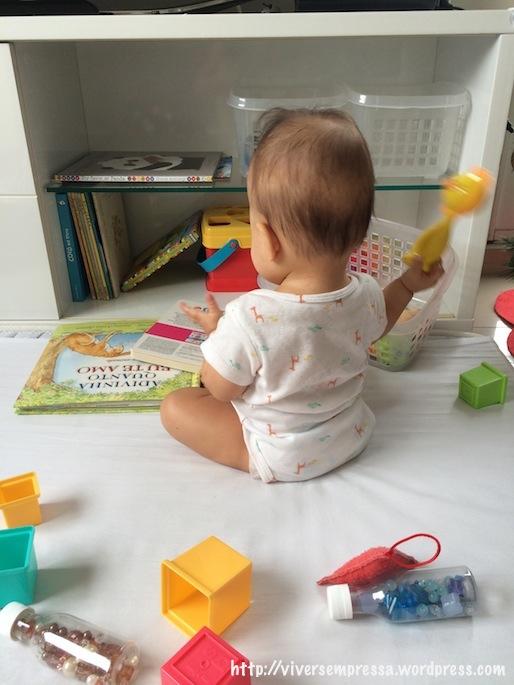 Todos os brinquedos em volta dela estavam dentro do cesto. É ela que ao longo do dia vai tirando do cesto para brincar.